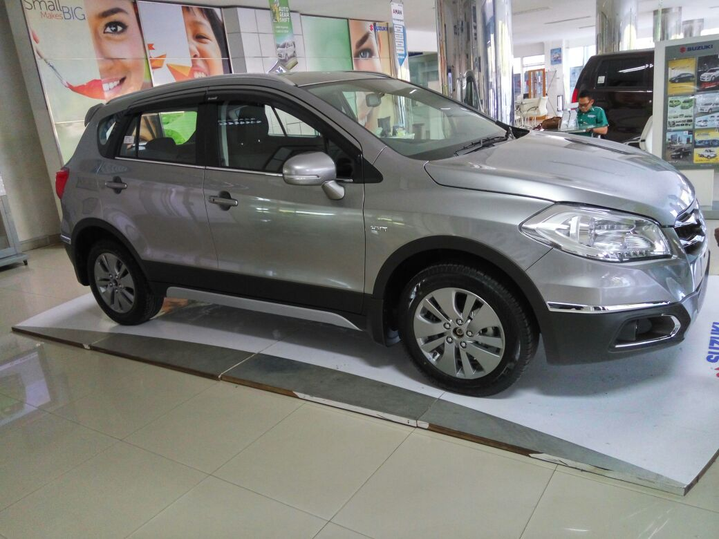 Tampak samping Suzuki S-cross di dealer